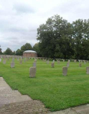 Circuit de promenade autour du cimetière militaire - image